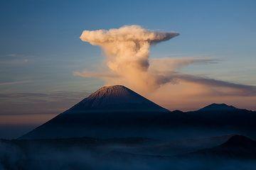 Umbrella cloud over Semeru volcano (c)