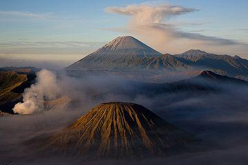 Vulkanisches Trio: der perfekte Kegel des Batok, der rauchende Krater des Bromo und der majestätische Semeru mit seiner regenschirmartigen Aschenwolke (Photo: Tom Pfeiffer)