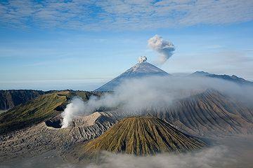 Ash puffs from Semeru volcano (Photo: Tom Pfeiffer)
