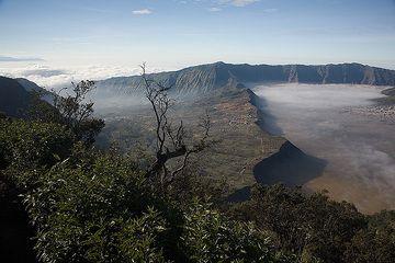 Para el NE, la caldera es violada por un valle gigante, creado por un colapso de grandes, prehistóricos flanco del volcán Tengger. (c)