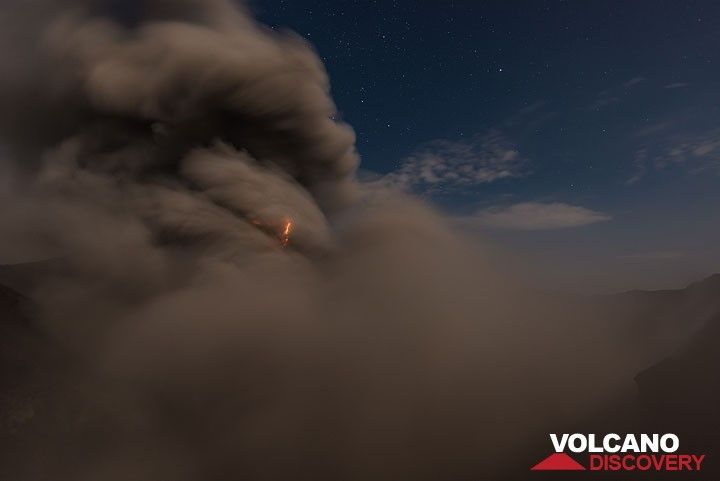 Small lightning in ash plume. (Photo: Tom Pfeiffer)