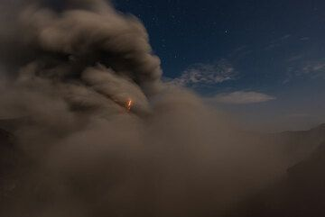 Small lightning in ash plume. (Photo: Tom Pfeiffer)