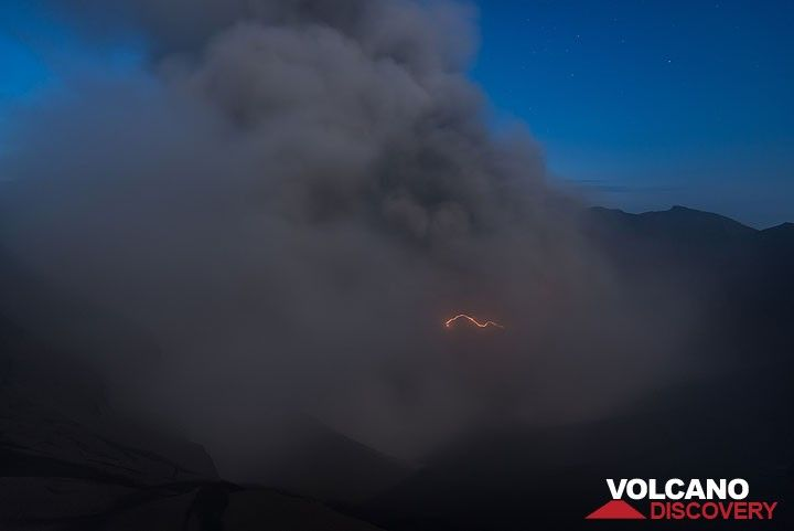 Another small lightning in the ash plume rising from the crater. (Photo: Tom Pfeiffer)