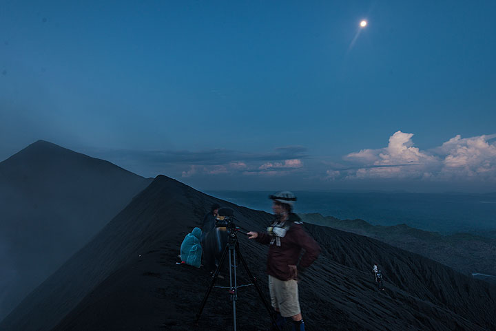 Setting moon and the morning blue hour at the crater rim. (Photo: Tom Pfeiffer)
