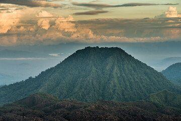 Extinct neighbor volcano of Dukono. (Photo: Tom Pfeiffer)