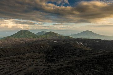 View towards the campsite in the older crater (right in image) (Photo: Tom Pfeiffer)