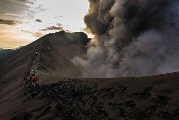 Walking around on the narrow crater rim. (Photo: Tom Pfeiffer)
