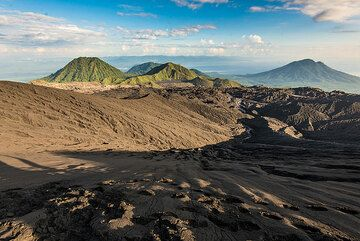 Morning view to the east from Dukono's crater rim. (Photo: Tom Pfeiffer)