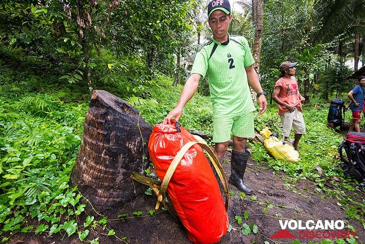 A porter adapting a dry bag into a backpack. (Photo: Tom Pfeiffer)