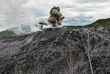 Strombolian eruption from the cinder cone. (Photo: Tom Pfeiffer)