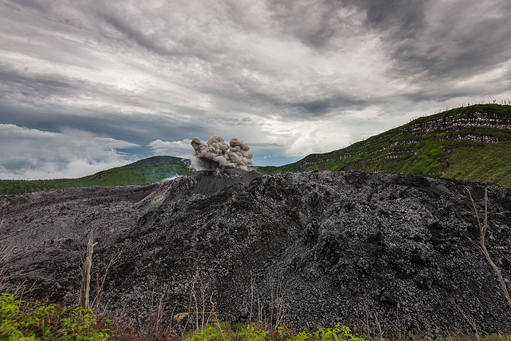 Wide-angle view over the lava dome while an ash-rich eruption takes place from the cinder cone in the center. (Photo: Tom Pfeiffer)