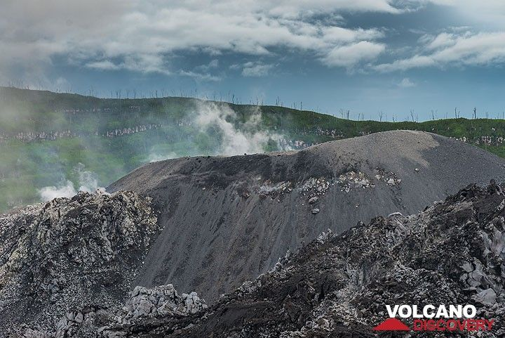 In the center of the lava dome, a cinder cone has been built by the recent, mild explosive activity. (Photo: Tom Pfeiffer)