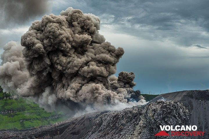 As the eruption continues for about a minute, a moderately large ash plume rises several hundred meters. (Photo: Tom Pfeiffer)