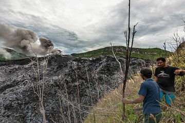 Walking along the densely vegetated crater rim. (Photo: Tom Pfeiffer)