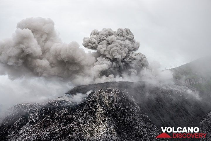 Eruption from the central cone while mist starts to cover the crater area. (Photo: Tom Pfeiffer)