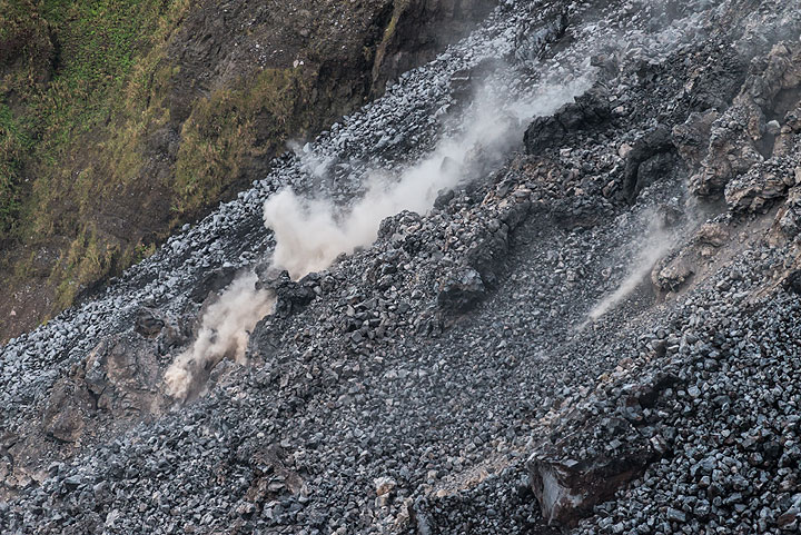 The weakly active lava flow front about 100 m below the break-in slope into the northern gap. (Photo: Tom Pfeiffer)