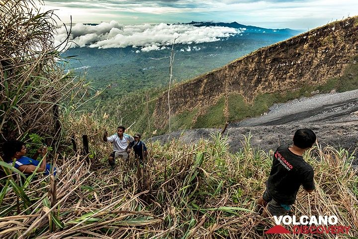 Clearing a path to reach the northwestern part of the crater rim. (Photo: Tom Pfeiffer)