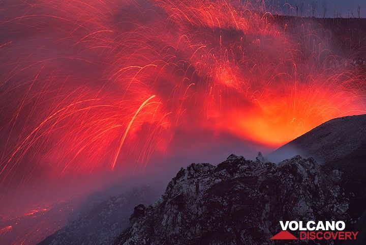 A stronger strombolian-type explosion occurs from the eastern vent at the end of dusk. (Photo: Tom Pfeiffer)