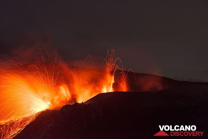 Strong strombolian eruption from multiple vents, probably aligned along a fissure occurs during the night. (Photo: Tom Pfeiffer)