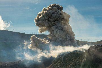 Typical ash eruption. (Photo: Tom Pfeiffer)