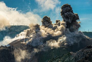 Ash plumes rising from the same eruption. (Photo: Tom Pfeiffer)