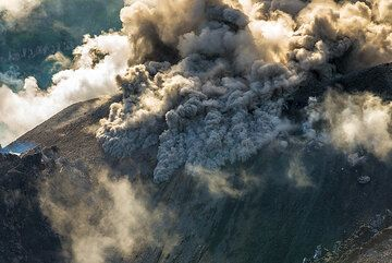 Again, some dense ash is erupted that flows down as miniature pyroclastic flows. (Photo: Tom Pfeiffer)