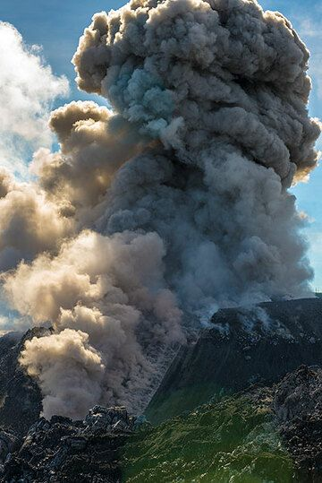 At the end of the eruption, a plume starts to rise several hundred meters. (Photo: Tom Pfeiffer)