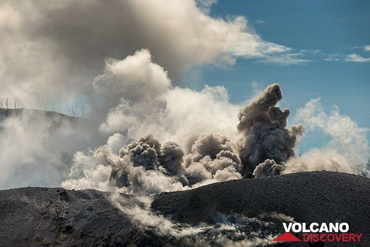 Another eruption starts... (Photo: Tom Pfeiffer)