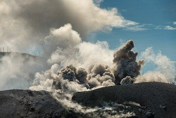 Another eruption starts... (Photo: Tom Pfeiffer)