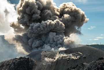 The ash plume rises from the cinder cone. (Photo: Tom Pfeiffer)