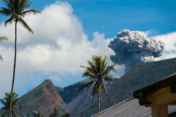 Mushroom-shaped eruption plume seen from the village - nothing unusual here. (Photo: Tom Pfeiffer)