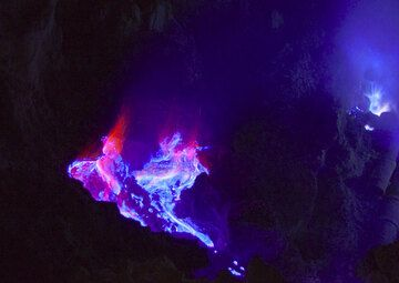 Burning fumarole at night. (Photo: Andi Rosadi)