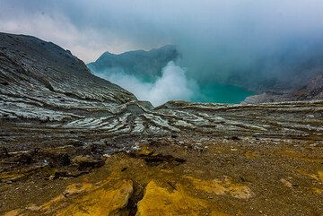 View of Kawah Ijen, the crater lake, from the rim. (Photo: Tom Pfeiffer)