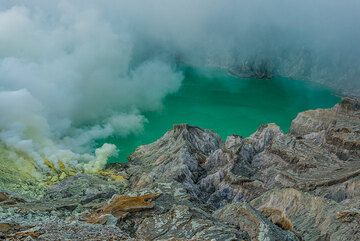 Eroded inner crater walls and the turquoise crater lake in the background. (Photo: Tom Pfeiffer)