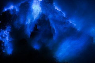 Pile of rocks covered by blue flames (Photo: Tom Pfeiffer)