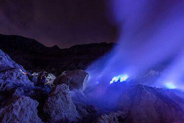 Intense blue flames. (Photo: Tom Pfeiffer)