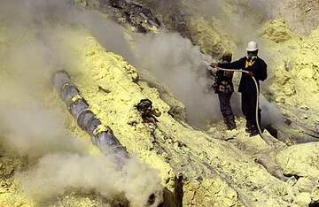 Miners spraying the sulfur deposits with water to cool them (Photo: Tom Pfeiffer)
