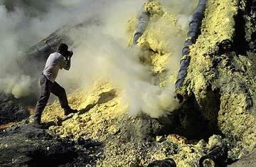 At the sulfur deposit (Photo: Tom Pfeiffer)