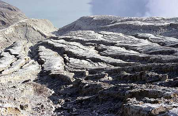 Erosion gullies in the inner crater walls (Photo: Tom Pfeiffer)