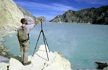 Photographing the acid crater lake (Photo: Tom Pfeiffer)