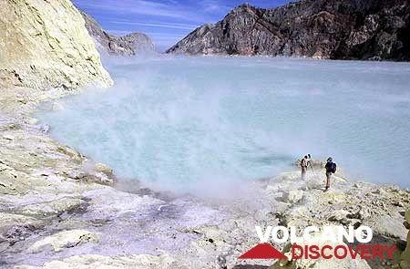 Kawah Ijen lake is steaming (Photo: Tom Pfeiffer)