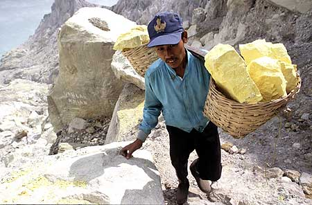 Sulfur miner carrying basket with approx. 70 kg of pure sulfur blocks (Photo: Tom Pfeiffer)