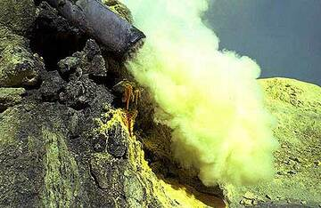 Hot sulfur gas sublimates into a yellow steam (Photo: Tom Pfeiffer)