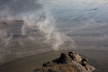 The hot mud flowing away from the source. (Photo: Tom Pfeiffer)
