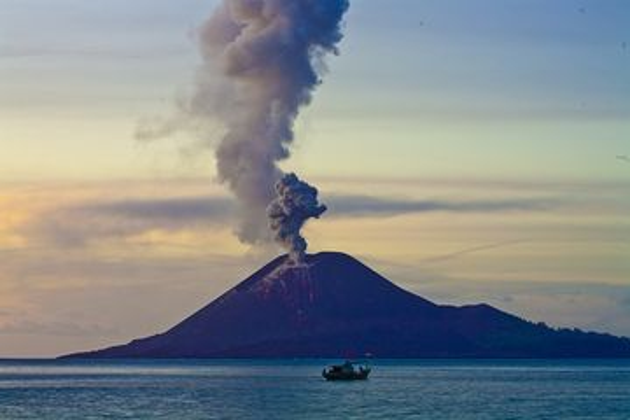 Abendlicher Ausbruch des Krakatau (Juli 2009) (Photo: Tobias Schorr)