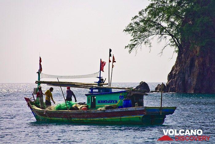 Fishermen in front of Rakata island (Photo: Tobias Schorr)
