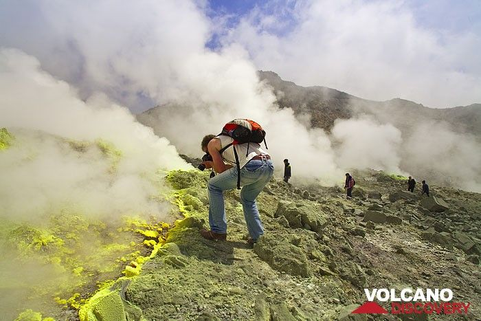 Markus taking photos of a fumarole inside the volcano Papadayan (Photo: Tobias Schorr)