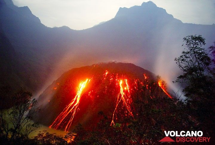 The glowing and fast-growing lava dome of Kelud volcano in what is remaining of the crater lake. (Photo: Tom Pfeiffer)