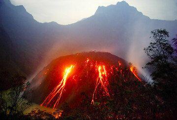 El domo de lava incandescente y en rápido crecimiento del volcán Kelut en lo que queda del lago del cráter. (Photo: Tom Pfeiffer)
