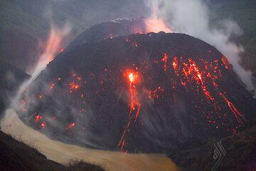El nuevo domo de lava dentro del cráter de Kelut, que consta de dos partes principales. (Photo: Tom Pfeiffer)